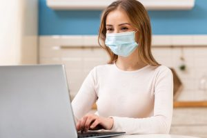 fata-masca-medicinala-laptop
